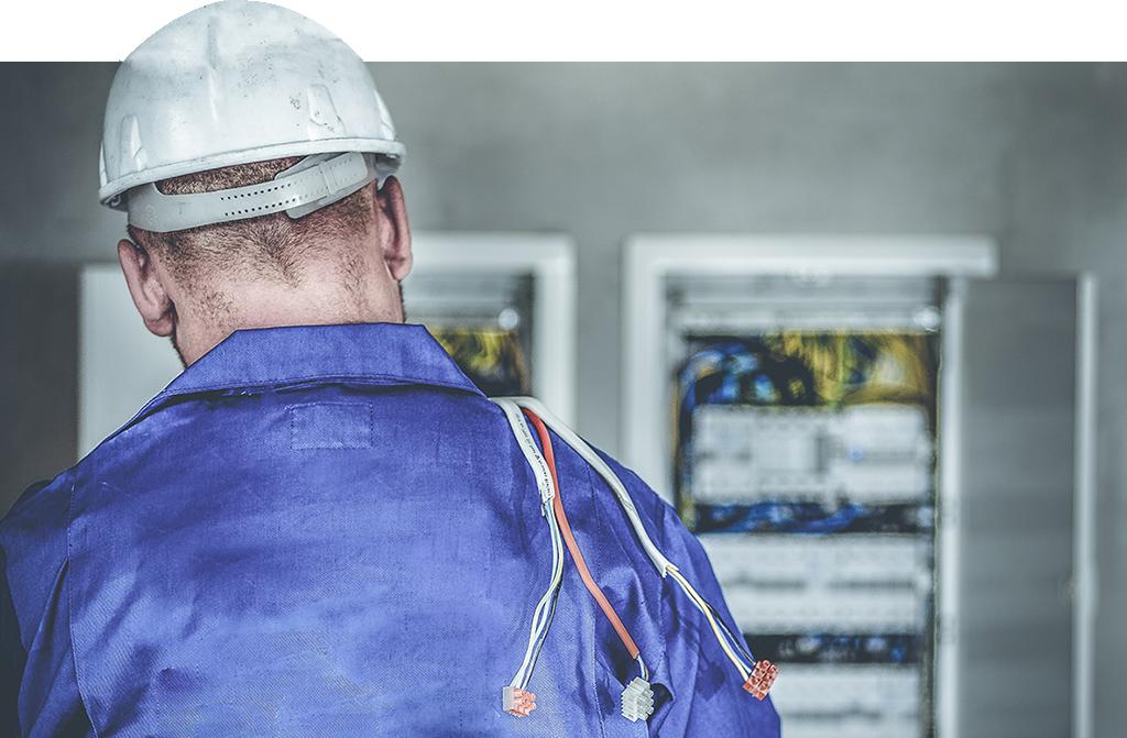 Électricien qui travaille sur des tableaux électriques - savoir-faire